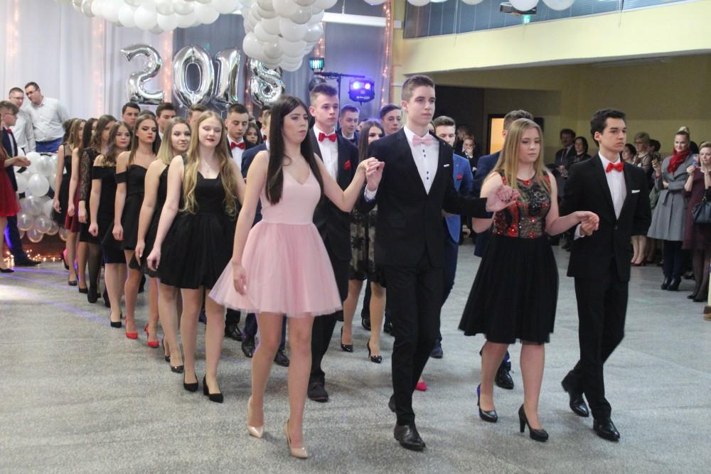 f44910b7e5 Przedostatni Bal Gimnazjalny rozpoczął się w sobotę 10 lutego o 17.00.  Uczniów powitał przed zabawą wicedyrektor Henryk Szurek i dyr Agnieszka  Orchowska.